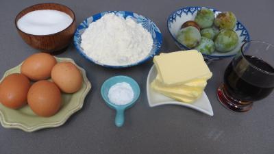 Ingrédients pour la recette : Cake aux reine-claude et sangria