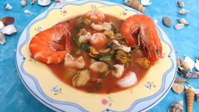 Image : Assiette de soupe de consommé marin terre et mer