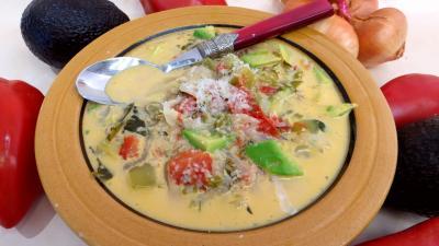 Cuisine diététique : Assiette de potage aux tomates et aux avocats
