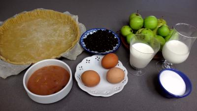 Ingrédients pour la recette : Clafoutis aux pommes, prunes et cassis