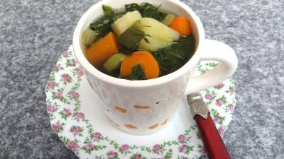 Cuisine diététique : Tasse de bouillon de légumes d'automne