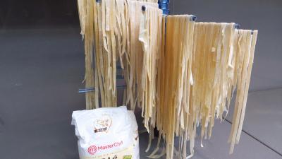 Pâtes alimentaires : Présentoir de tagliatelles fraîches à la farine de seigle