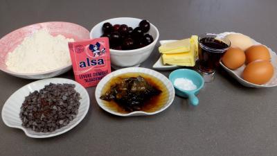 Ingrédients pour la recette : Cake aux cerises et au chocolat