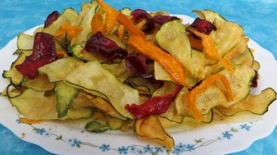 huile d'arachide : Assiette de chips aux courgettes, carottes et betterave rouge