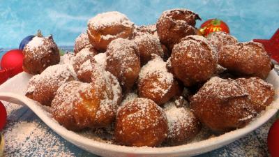 sucre glace : Plat de beignets au café
