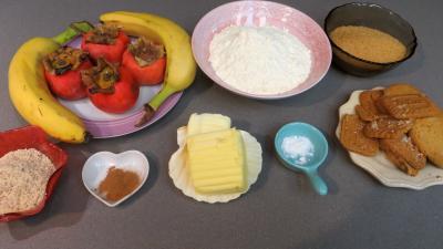 Ingrédients pour la recette : Crumble aux kakis et aux bananes