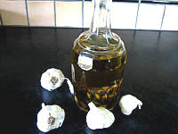 huile aromatique : huile à l'ail en bouteille