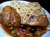 Poulet sauté aux olives garni de pâtes