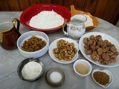 Ingrédients pour la recette : Couronne aux châtaignes, noix et raisins secs
