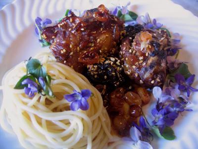 Image : Assiette d'agneau aux violettes et aux graines de sésame
