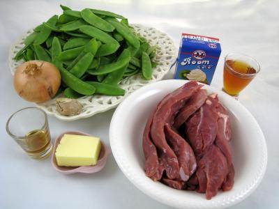 Ingrédients pour la recette : Aiguillettes à l'Amaretto et aux pois gourmands