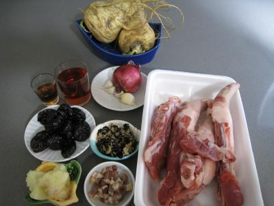 Ingrédients pour la recette : Queues de porc aux épices et aux panais