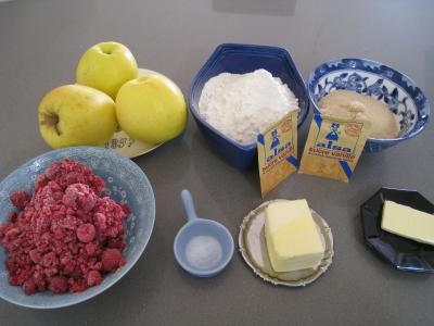 Ingrédients pour la recette : Apple crumble aux framboises et aux pommes