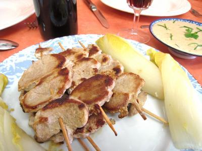 Recette Assiette de brochettes de porc aux enfives et sa sauce aux noix de cajou