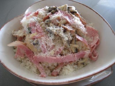 Image : Assiette de risotto aux champignons et au jambon à l'italienne