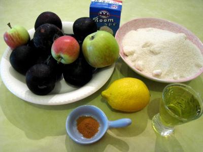 Ingrédients pour la recette : Confiture de prunes et de pommes à la crème