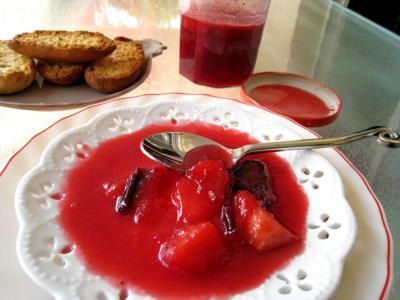 Image : Coupelle de confiture de prunes et de pommes à la crème