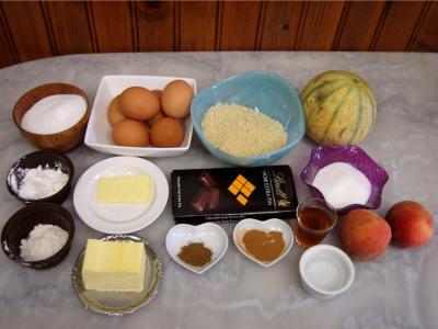 Ingrédients pour la recette : Gâteau au chocolat et son coulis de melon et pêches