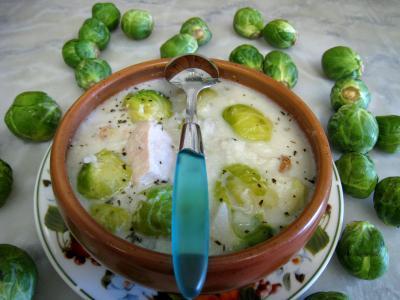 espadon : Bol de soupe de choux de bruxelles et espadon