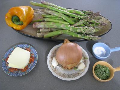 Ingrédients pour la recette : Sauté d'asperges aux oignons et poivron