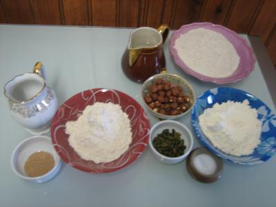 Ingrédients pour la recette : Pain de méteil aux pistaches et aux noisettes