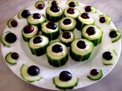 Image : Assiette de bouchées au concombre et au roquefort