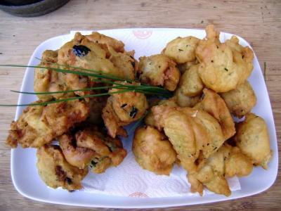 beignets salés : Assiette de beignets au chèvre frais et ciboulette