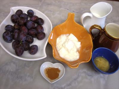 Ingrédients pour la recette : Crème glacée de prunes au yaourt