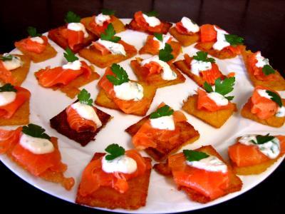polenta : Assiette de canapés de polenta au saumon fumé