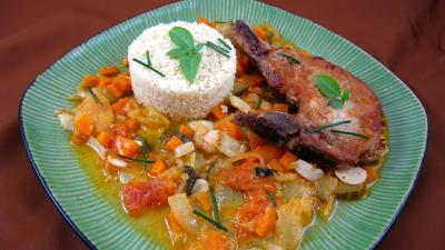 couscous semoule grains sec : Assiette de côtes de porc et son sauté de tomates