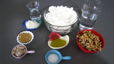 Ingrédients pour la recette : Pain couronne aux noix