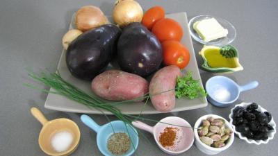 Ingrédients pour la recette : Purée d'aubergines et confit d'oignons et de tomates