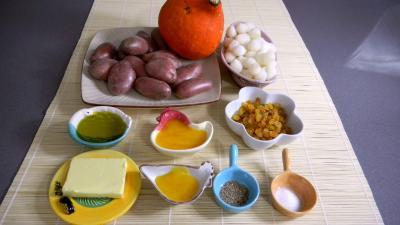 Ingrédients pour la recette : Potimarron et pommes de terre aux oignons confits