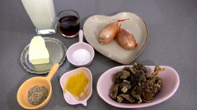 Ingrédients pour la recette : Sauce aux morilles et au Porto