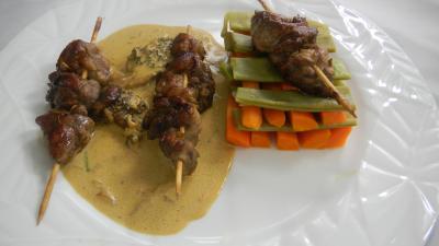 Image : Assiette de brochettes de ris de veau aux légumes