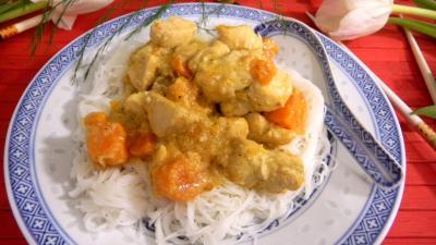 Image : Assiette de poulet noix de coco et vermicelles