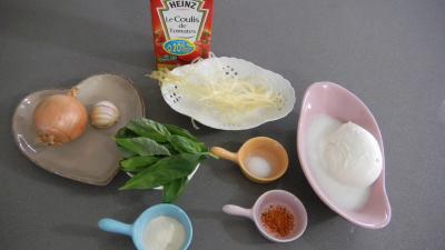 Ingrédients pour la recette : Amuse-bouche moléculaire à la tomate et mozzarella