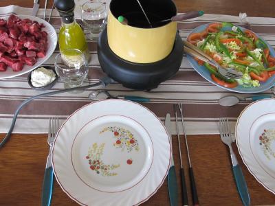 plat unique : Préparation de la table pour les invités