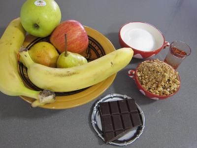 Ingrédients pour la recette : Brouillade de fruits au pralin et chocolat