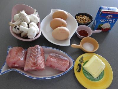 Ingrédients pour la recette : Roussette en cassolettes aux cacahuètes