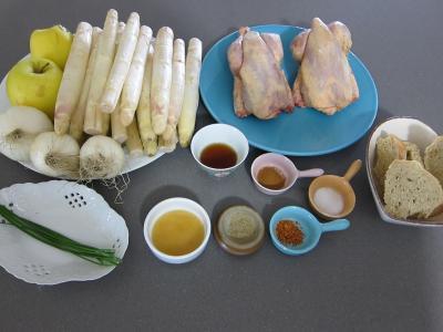 Ingrédients pour la recette : Coquelets au miel et aux pommes caramélisées et aux asperges