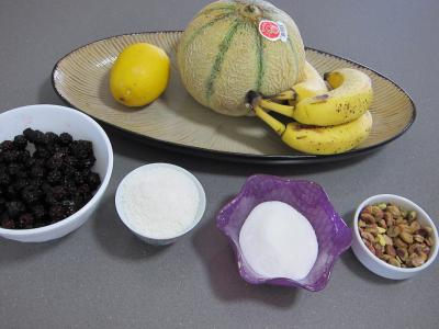 Ingrédients pour la recette : Mûres et melon en salade au sirop de noix de coco