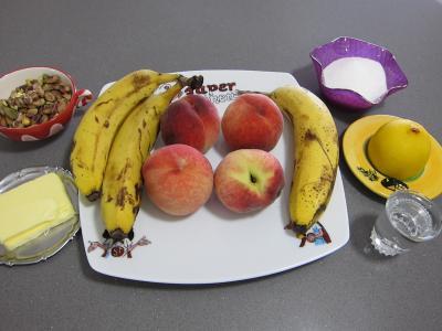 Ingrédients pour la recette : Pêches, bananes et pistaches au rhum