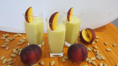 cocktail : Verres de lait d'amandes aux pêches