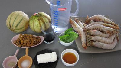 Ingrédients pour la recette : Gaspacho de melon au lait d'amandes et gambas