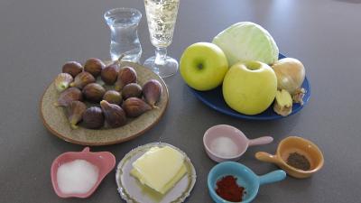 Ingrédients pour la recette : Compotée de chou aux figues et aux pommes